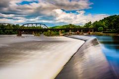 Lång exponering av en fördämning på Delawaret River i Easton, Pennsyl Royaltyfri Foto