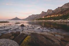 Lång exponering av `en s för 12 apostlar och lejonHead i Cape Town Arkivbilder