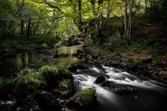 Lång exponering av floden Esk, Goathland Landskap royaltyfri bild