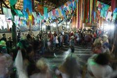 Lång exponering av folk som dansar i Juni, festar Royaltyfri Foto
