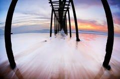 Lång exponering av havet och filedwooden bron royaltyfri fotografi