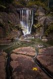 Lång exponering av konstgjorda vattenfallHuntington nedgångar med vattenrörelse i Golden Gate Parken, San Francisco Royaltyfri Fotografi