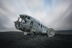 Lång exponering av moln som passerar över flygplanskraschen DC-3 i Island Fotografering för Bildbyråer