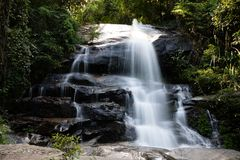 Lång exponering av Montha än vattenfallet i djungeln av Chiang Mai Thailand fotografering för bildbyråer