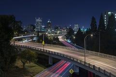Lång exponering av natttrafik av Portland stadshorisont royaltyfri bild