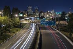 Lång exponering av natttrafik av Portland stadshorisont arkivfoto