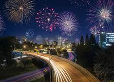 Lång exponering av Portland huvudvägtrafik och fyrverkerier på nya år arkivfoto