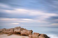 Lång exponering av seascape under vintern, Apulia - Italien Royaltyfria Foton