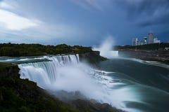Lång exponering av stormiga Niagara Falls och Niagara Falls, Ontario Royaltyfri Foto