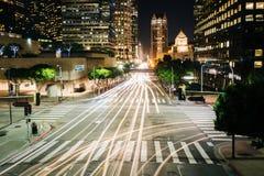 Lång exponering av trafik och byggnader längs den 5th gatan på natten Fotografering för Bildbyråer