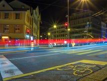 Lång exponering av trafik och en cykelgränd royaltyfri bild
