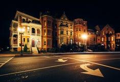 Lång exponering av trafik och historiska hus på Logan Circle på royaltyfri foto