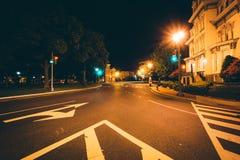 Lång exponering av trafik och historiska hus på Logan Circle på fotografering för bildbyråer