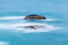 Lång exponering av vaggar i havet Royaltyfria Bilder