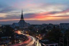 Lång exponering av Wat Sothon på skymning Thailand Royaltyfri Bild