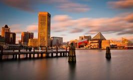 Lång exponering för afton av Baltimore den inre hamnhorisonten, Maryland. Royaltyfri Bild