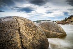 Lång-exponering för Moeraki stenblocknärbild royaltyfria foton