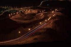 Lång exponering för nattetid av synvinkeln av den vridna huvudvägen på Jebal Hafeet aka Jebel Hafit i Al Ain, UAE royaltyfri fotografi