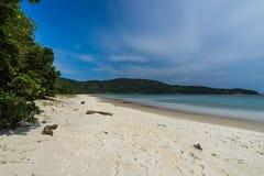 Lång exponering Lopes den Mendes stranden i Ilha stora söder av Rio de Janeiro de Royaltyfria Bilder