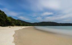 Lång exponering Lopes den Mendes stranden i Ilha stora söder av Rio de Janeiro de Royaltyfria Foton