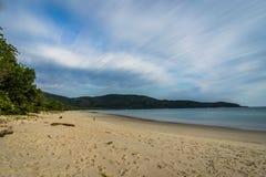 Lång exponering Lopes den Mendes stranden i Ilha stora söder av Rio de Janeiro de Arkivbilder