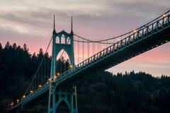 Lång exponering Portland Oregon för St Johns bro Arkivfoto