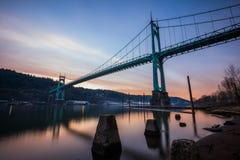 Lång exponering Portland Oregon för St Johns bro Arkivbilder