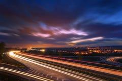 Lång-exponering solnedgång över en huvudväg Royaltyfria Foton