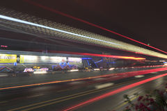 Lång exponeringsbild av bilar som rusar över en huvudväg Arkivbilder