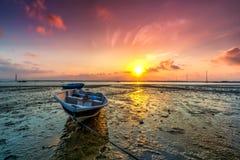 Lång exponeringsbild av fiskebåten med guld- solnedgång som lodisar Arkivbilder