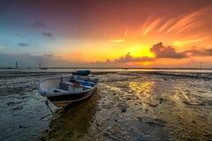 Lång exponeringsbild av fiskebåten med guld- solnedgång som lodisar Fotografering för Bildbyråer