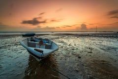Lång exponeringsbild av fiskebåten med guld- solnedgång som lodisar Royaltyfri Bild