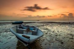 Lång exponeringsbild av fiskebåten med guld- solnedgång som lodisar Royaltyfri Foto