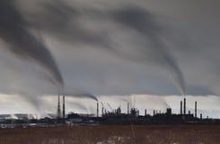 Lång exponeringsbild av industrianläggningen med rökbuntar, indus Royaltyfria Foton