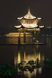Lång exponeringsbild av Xihu laken på natten Fotografering för Bildbyråer