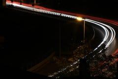 Lång exponeringsbild på natten av trafikljus Arkivfoton