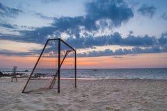 Lång exponeringshimmel- och strandsikt med fotbollmål Royaltyfri Bild