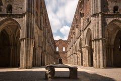 Lång exponeringssikt av forntida S Galgano Abbey Tuscany, Italien, Royaltyfri Bild