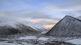 Lång exponeringssolnedgång över tibetant Himalayan landskap för berg i det SiChuan landskapet, Kina royaltyfria bilder