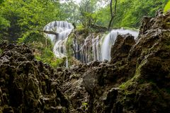 Lång exponeringsvårKrushunski vattenfall underifrån royaltyfri fotografi