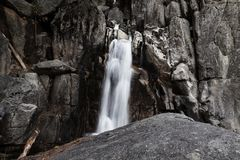 Lång exponeringsvattenfall på den Chilnualna slingan Yosemite royaltyfri foto