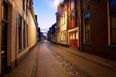 Lång gata på natten i Groningen, Nederländerna Royaltyfri Bild
