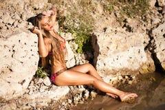 Lång hårflicka i bikini på floden Royaltyfri Bild