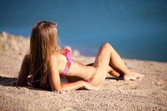 Lång hårflicka i bikini på stranden Fotografering för Bildbyråer