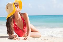 Lång haired flicka i bikini- och sugrörhatt på den tropiska karibiska stranden Royaltyfri Bild