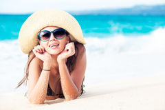 Lång haired flicka i bikini på den tropiska Boracay stranden, Filippinerna Royaltyfri Fotografi