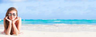 Lång haired flicka i bikini på tropiskt karibiskt Fotografering för Bildbyråer