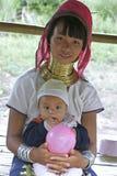 Lång halskvinna med här barnet, Thailand Royaltyfri Foto