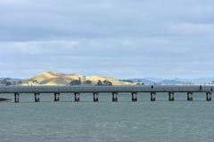Lång hamnplats på havet arkivbild