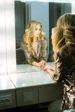 L?ng Hollywood h?rkl?nning Baksida sidosikt Ung attraktiv flicka med lockigt l?ngt blont h?r i ett guld- skinande modeomslag arkivbilder
